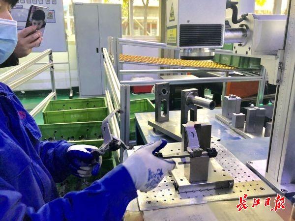无人化工厂自动化生产线上机械臂一刻不停,武汉这个机械制造公司四季度产能增加五成