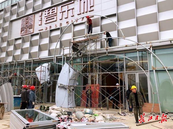 增加300余名工人日夜加班抢抓工期,碧桂园·碧乐城:周末将对外开放营销中心展示区