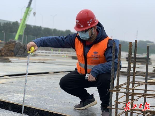 武汉这个重点项目工地,200多名建设者坚守岗位奋战开年第一天
